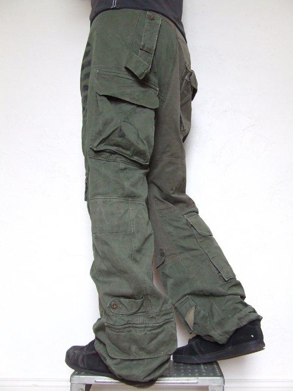 Baggy sarouel kaki, matière récupérée sur des treillis et vestes de larmée, fermeture boutons pressions, multi,poches.